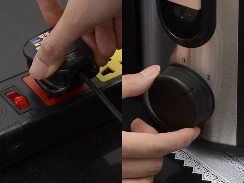 Máy ép trái cây cắm điện và bật công tắc cho máy hoạt động