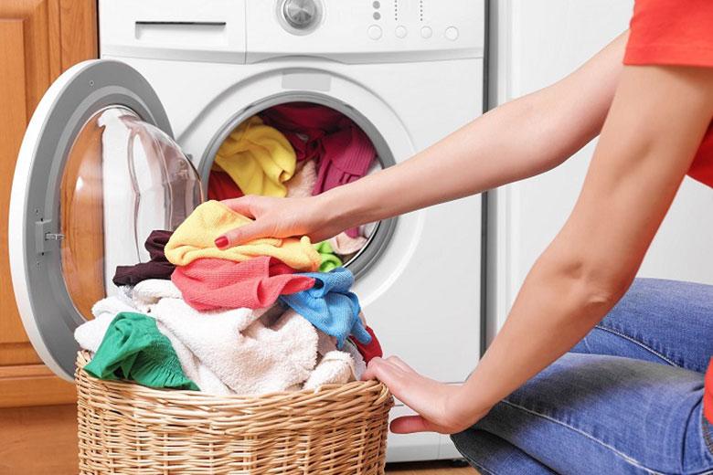 Máy giặt đang giặt bị ngừng do cho quần áo nhiều hơn định mức cân nặng
