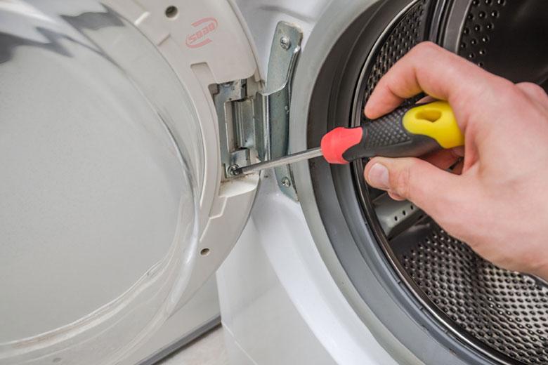Máy giặt đang giặt bị ngừng do cánh cửa lắp không chặt
