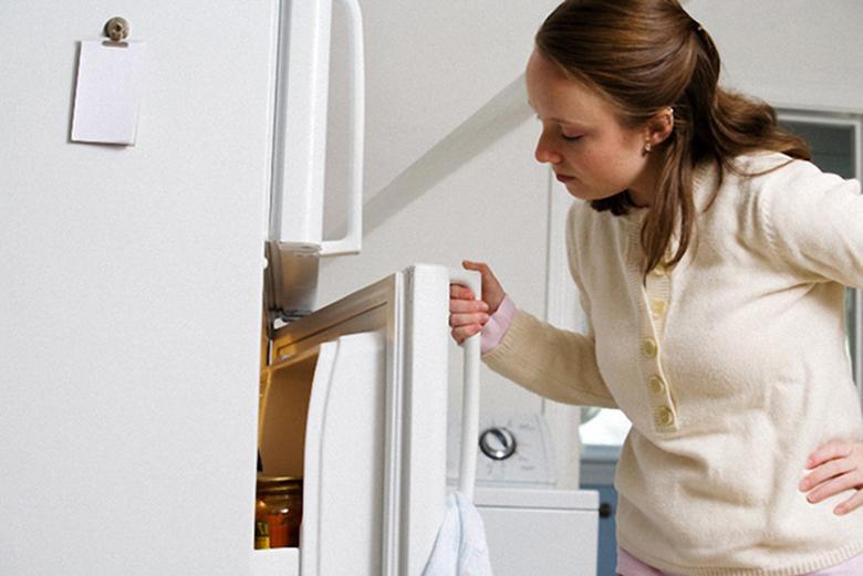 Đóng cánh tủ không chặt tủ lạnh vẫn chạy nhưng không đông đá