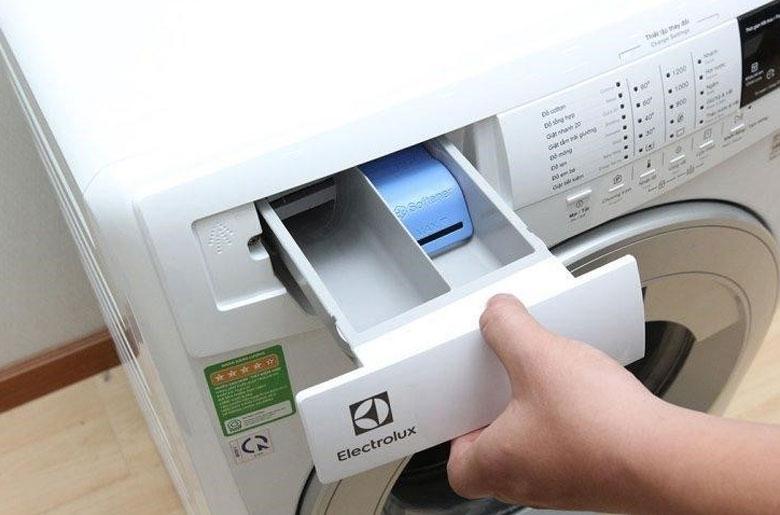 Hướng dẫn cách vệ sinh máy giặt Electrolux cửa ngang Vệ sinh ngăn chứa bột giặt và nước xả.