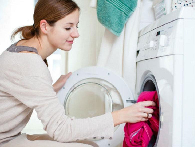 Hướng dẫn cách vệ sinh máy giặt Electrolux cửa ngang Vệ sinh bên ngoài máy giặt