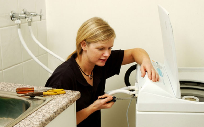 Hướng dẫn cách vệ sinh máy giặt Electrolux cửa ngang vệ sinh hệ thống bộ lọc của van cấp nước