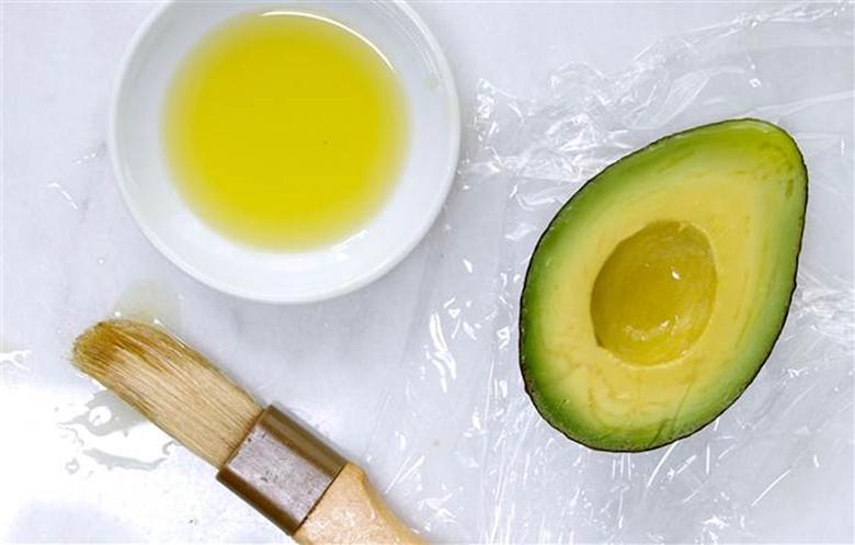 Cách bảo quản bơ trong tủ lạnh bằng dầu Oliu