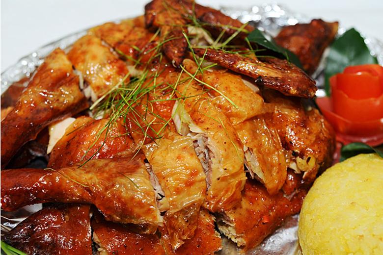 Cho gà đã tẩm ướp mật ong gia vị vào lò vi sóng