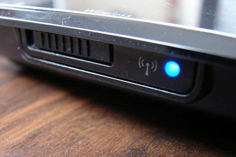 Những dòng máy laptop đời trước bật/tắt nút wifi được để ở bên cạnh